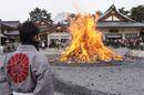 広島護国神社 とんど祭、燃え上がる炎に無病息災を祈る