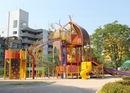 呉市 中央公園、遊具と貯水槽を備えた 市内中心部の憩いの場