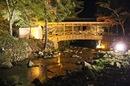 佛通寺 紅葉ライトアップ、橋も照らされロマンチックに