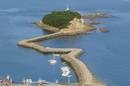 玉津島、福山市鞆町に防波堤を歩いて渡れる可愛い島がある風景