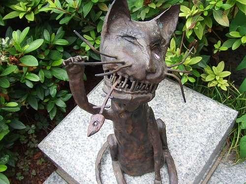 魚の骨で、歯をシーシーする猫