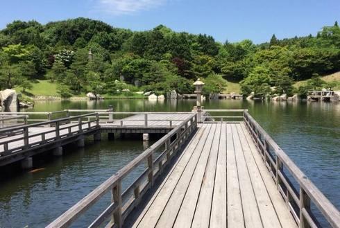 三景園に、厳島神社をイメージした水辺にせり出す回廊