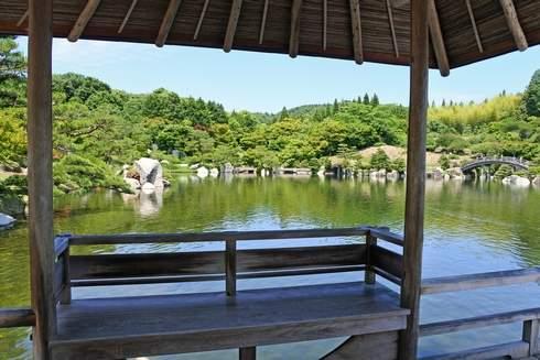 三景園の休憩スポットから庭園を眺める