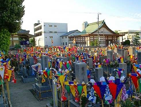 盆灯篭があざやかな、広島のお盆の風景