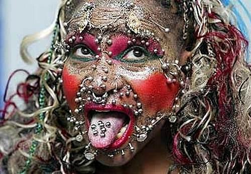 ピアスでギネス記録を持つ女性、顔に200個・全身で6000個以上