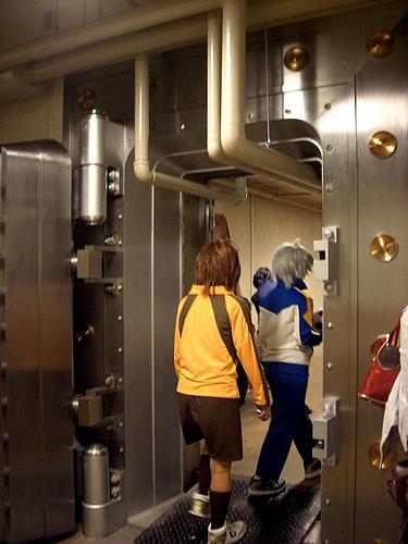 コスカレード 金庫の中に入る人たち