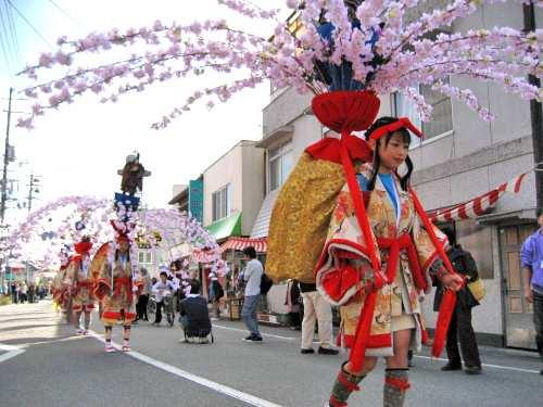 お通り、広島 庄原市東城で大規模行列が鮮やかに町を染める!