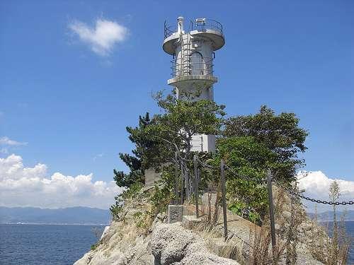 安渡島灯台 能美島 三高港行きフェリーを見守る