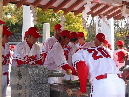 カープ、広島護国神社へ必勝祈願