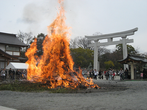 とんど 広島護国神社で盛大な お焚きあげ!