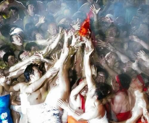 はだか祭り!裸男の争奪戦が三原市・久井稲生神社で