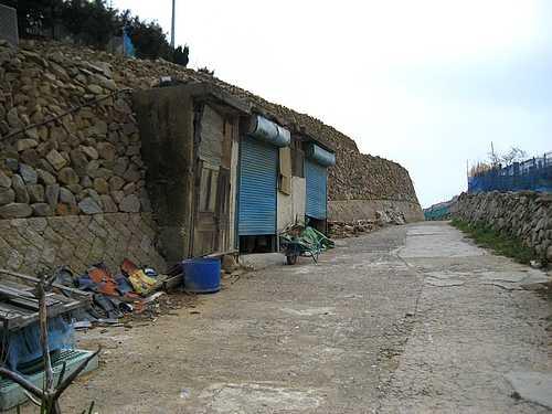 段々畑と石積みの壁
