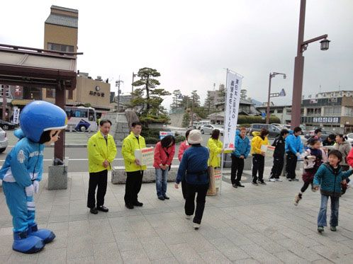 モン太くん、宮島競艇のマスコットキャラクターがレーサーと募金活動