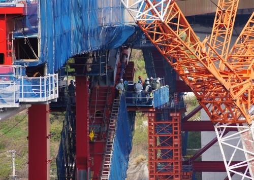 第2音戸大橋 開通に向けアーチを架設