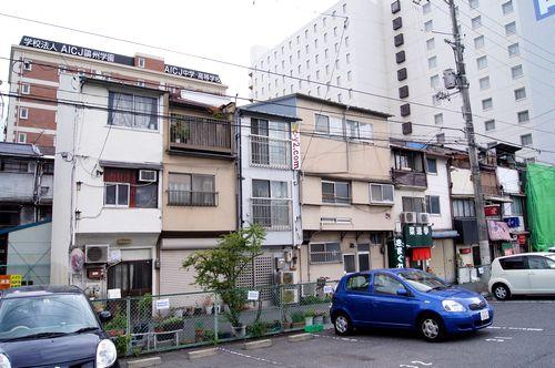 変わり行く 広島駅前、再開発エリアに残る、古い3階建てアパート群