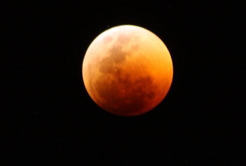 皆既月食、赤黒く輝く!美しく神秘的に色が変化していく様子 動画