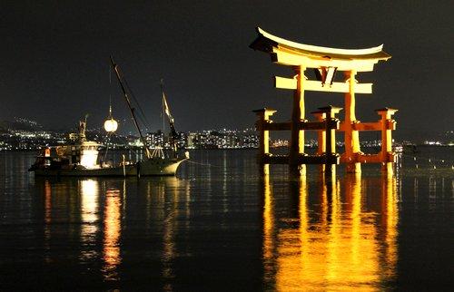 宮島 厳島神社で管絃祭、大鳥居