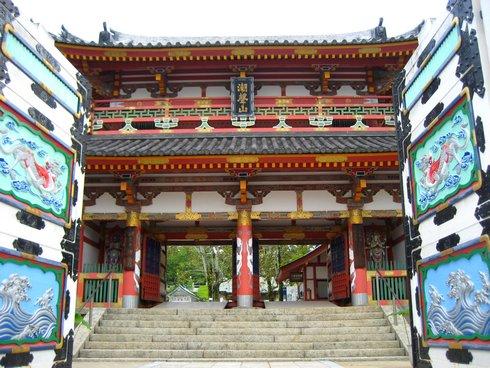 耕三寺の門 (生口島、尾道市瀬戸田)