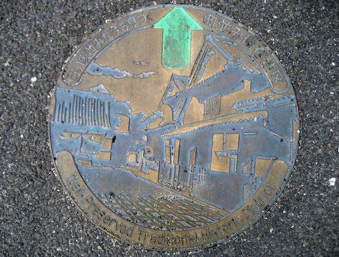 竹原 町並み保存地区 マンホールに似た案内標識も