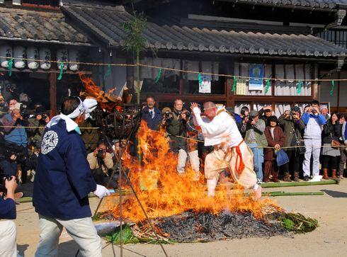 尾道市 西国寺にて柴燈護摩 (火渡り神事)、火の中を素足で歩いて願いを込める