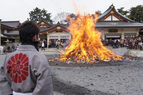 2012 広島護国神社 とんど祭、燃え上がる炎に無病息災を祈る