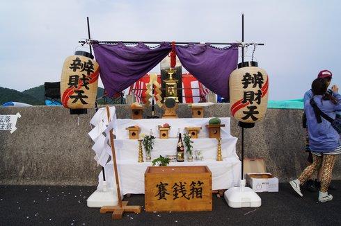 福山鞆の浦弁天島花火大会 祭壇が組まれている様子