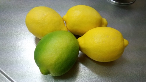 広島レモン(グリーンレモン)と レモン(輸入)の画像