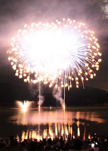 土師ダムで花火大会、湖面に映る2000発が夏の終わり飾る