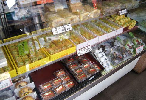 元祖 瀬戸田レモンケーキの 向栄堂のショーケース