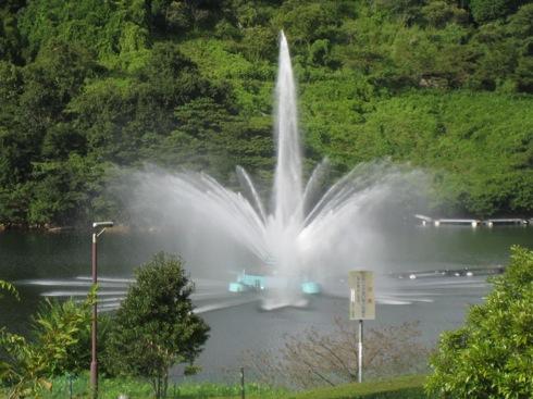 山口県 弥栄湖の 噴水 画像