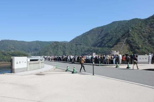 龍姫湖まつり(温井ダム祭り) ダムに集まるひとたち