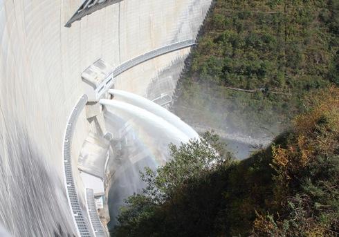 龍姫湖まつり(温井ダム祭り) ダムの放水の様子