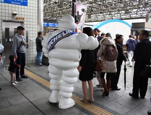 広島電鉄100周年 広島駅に出没したミシュランマン 画像2
