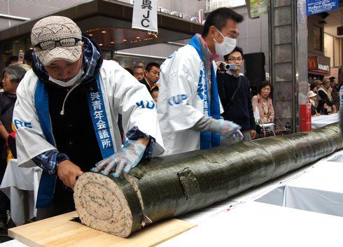 呉市の巨大 太巻きが日本一に認定!戦艦大和の主砲と同じ長さで味もイケル