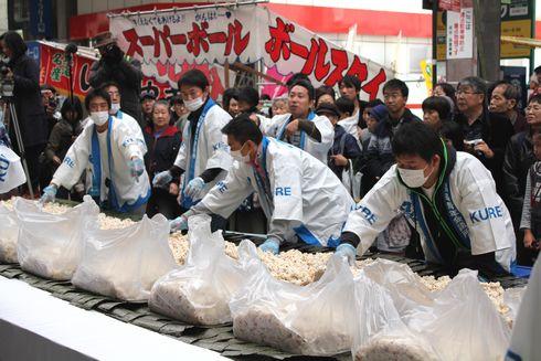 呉市 日本一の太巻き すし飯を乗せる
