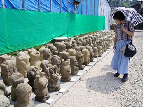 瀬戸田の商店街に 大量の謎の石像アート