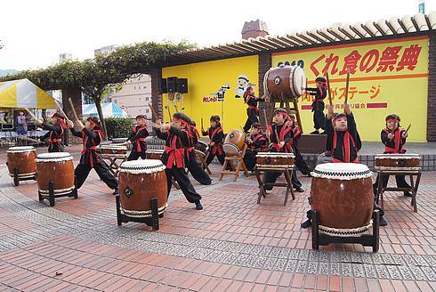 くれ食の祭典 オープニング 園児の太鼓