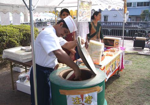 くれ食の祭典 カレーのナン焼き