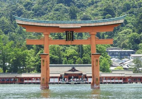 宮島・厳島神社を海から眺める