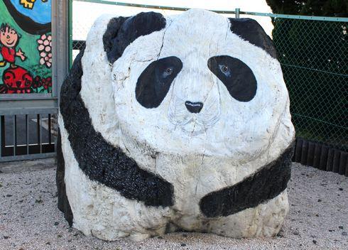 大竹市にパンダの親子がいる風景 ストーンアート