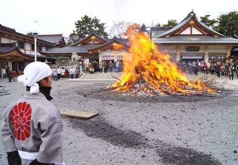 2013 広島護国神社 とんど祭、炎に願い込めお焚きあげ