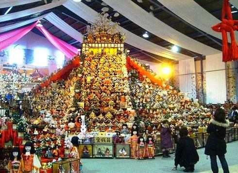 徳島県と千葉県の勝浦で、ビッグひな祭り!巨大なピラミッドひな壇や、60段の石段雛飾り