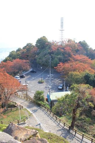 広島 黄金山 展望台からの駐車場の写真