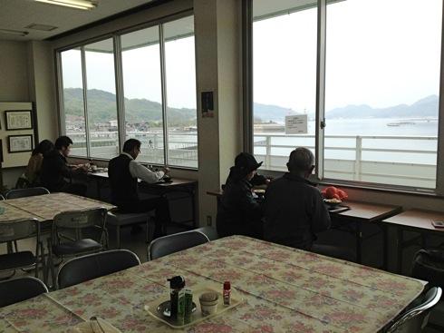 江田島 海辺の海鮮市場 窓際