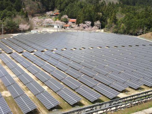 続々増えるメガソーラー発電所、広島県安芸太田にもソーラーパネルが並ぶ風景が