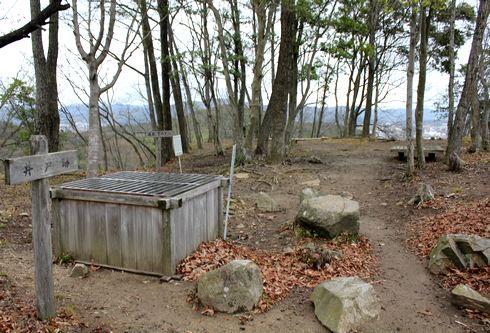 鏡山城跡の井戸跡 画像