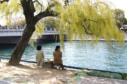 広島市 水の都リバーウォーク 木陰で休む人たち