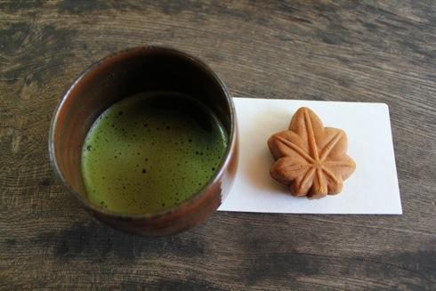 縮景園 茶屋のお茶ともみじ饅頭