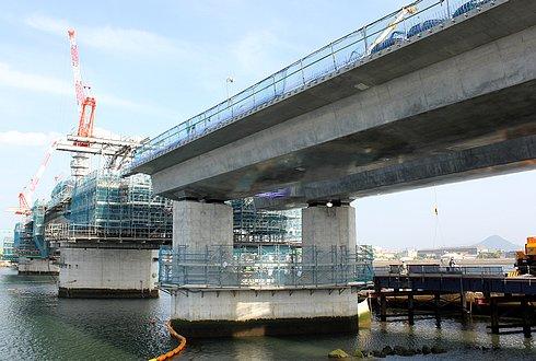 広島南道路、観音地区の橋にアーチがかかる 橋の下から