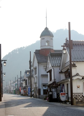 府中市 上下町 白壁の町並みの風景1